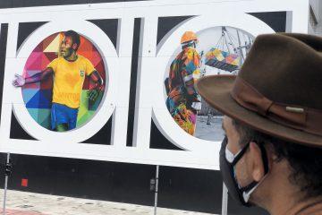 Pelé é homenageado em mural em Santos pelo artista Eduardo Kobra