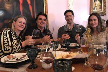 Gustavo Borges degusta vinho na região