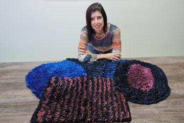 Restos de tecidos de biquínis viram pulseiras e tapetes nas mãos de artesãos